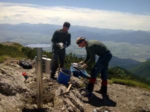 Betónovanie vrcholovej ružice - za odmenu sme zažili konečne krásne počasie a prenádherný výhľad