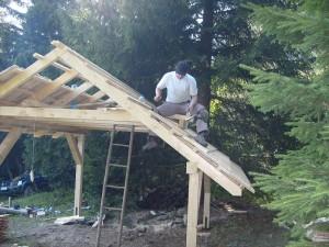 Strecha je pokrytá drevenými šindľami