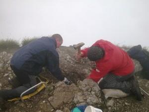 Výkop jamy na osadenie vrcholovej ružice na Veľkom Choči (1 611 m n.n.)