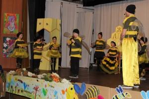 V divadelnom predstavení sa prelínajú zaujímavé poznatky o včelách s pesničkami, básničkami a pohybovými aktivitami