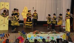 V divadle hrajú dospelí herci aj žiaci zo ZŠ Lúčky, ktorí prezentujú aj svoje vlastné básne o včelách